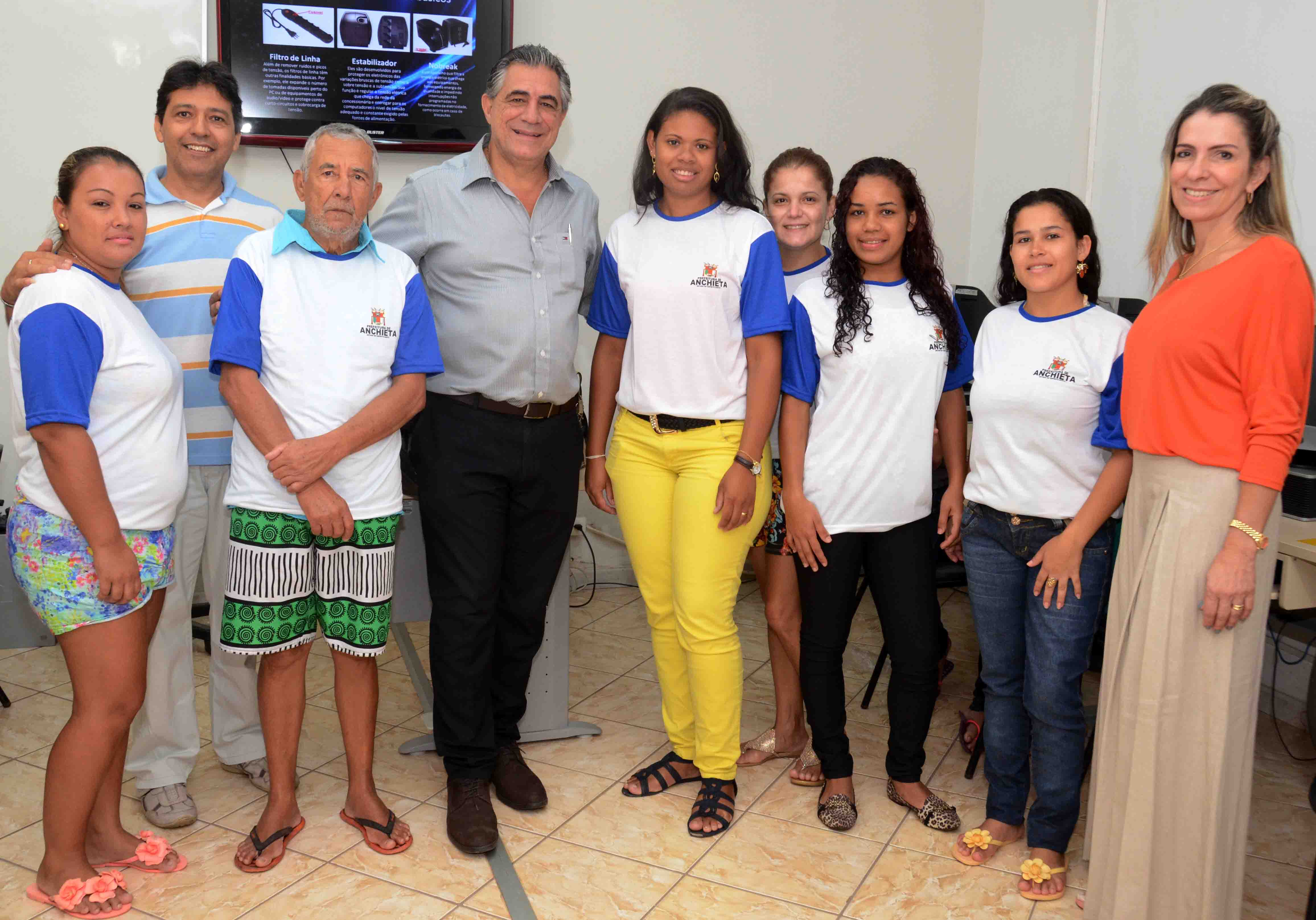 Alunos da turma de informática básica do Infocentro de Anchieta receberam camisetas do Prefeito e da secretária de Assistência Social. Foto: Ascom/Anchieta
